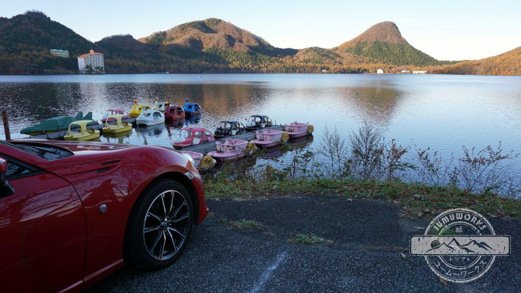 Roter Toyota GT86 in Gunma am Haruna See in der Nähe von Ikaho